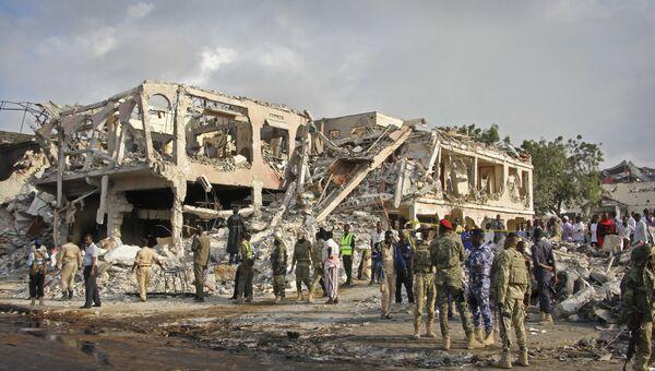 Разрушенные здания на месте субботнего взрыва в Могадишо, Сомали. 15 октября 2017