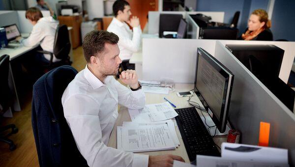 Служащие на рабочем месте. Архивное фото