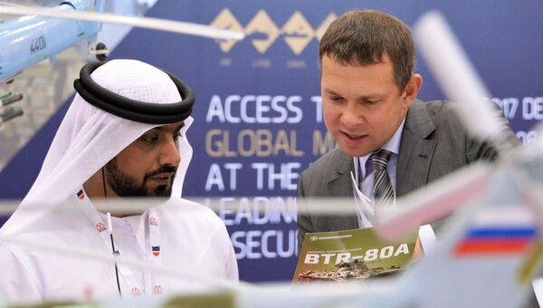 Посетитель интересуется продукцией компании Рособоронэкспорт на международной оборонной выставке BIDEC-2017 в Бахрейне. 16 октября 2017