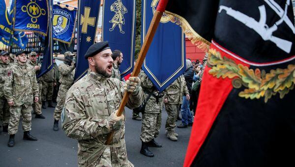 Участники националистических организаций на митинге, посвященному Дню защитника Украины, в Киеве. 14 октября 2017