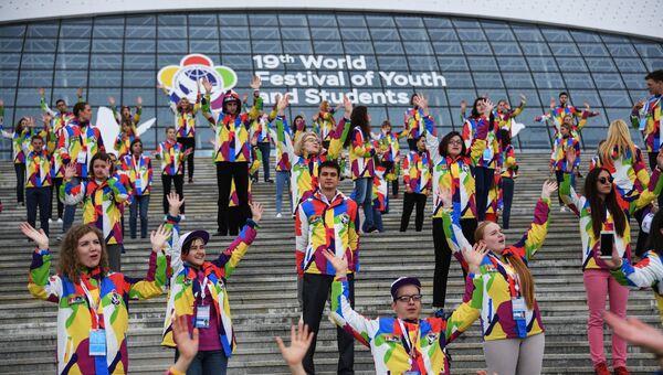 Участники XIX Всемирного фестиваля молодежи и студентов в Сочи. 17 октября 2017