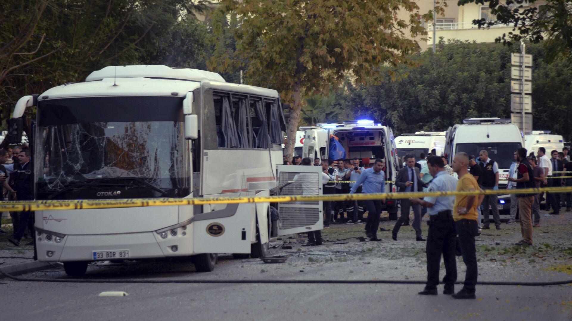 Автобус в турецком Мерсине после взрыва. 17 октября 2017 - РИА Новости, 1920, 18.09.2020