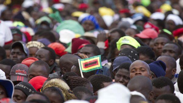 Толпа людей в Зимбабве