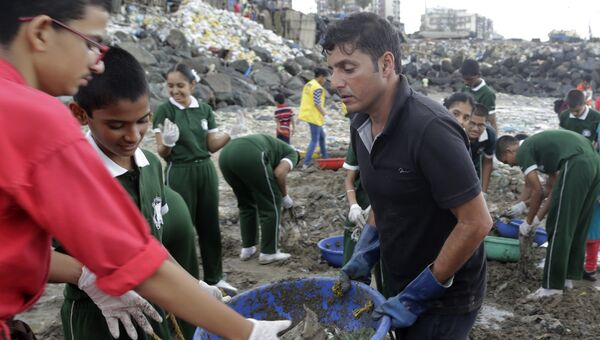 Афроз Шах на уборке с волонтерами на пляже Версова на побережье Аравийского моря в Мумбаи, Индия