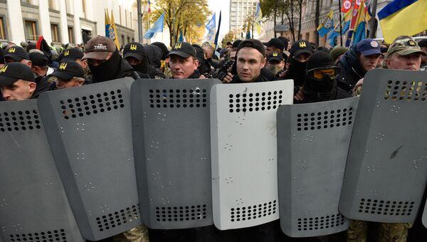 Участники акции протеста у здания Верховной рады Украины в Киеве. 17 октября 2017