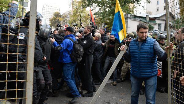 Участники акции протеста у здания Верховной рады Украины в Киеве