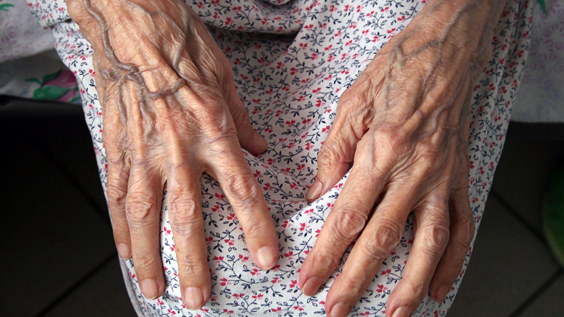 Руки пожилой женщины - РИА Новости, 1920, 01.12.2020