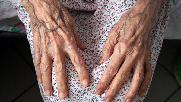 Руки пожилой женщины. Архивное фото.