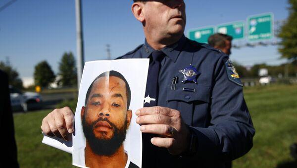 Шерифа округа Гарфорд держит фотографию подозреваемого в стрельбе в бизнес-парке в штате Мериленд, США. 18 октября 2017