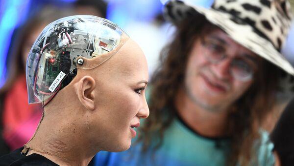 Робот София и главный научный сотрудник компании Aidyia Holdings Бен Герцель на выставке. Архивное фото