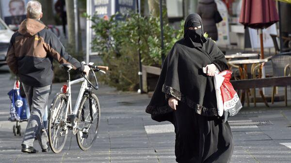 Женщина в хиджабе на одной из улиц в Европе. Архивное фото