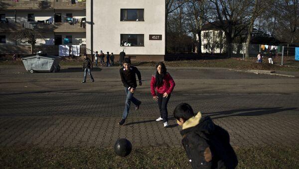 Дети играют в футбол во дворе в Гейдельберге, Германия