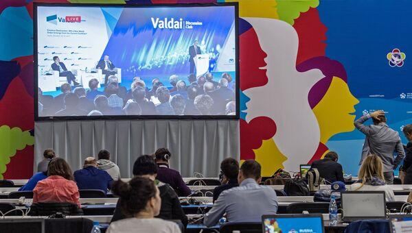 Участники XIX ВФМС смотрят трансляцию выступления президента РФ Владимира Путина на итоговой сессии международного дискуссионного клуба Валдай. 19 октября 2017