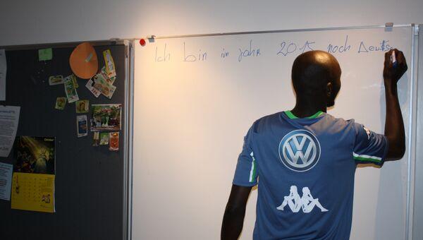 Студент-беженец на занятиях в школе Германии