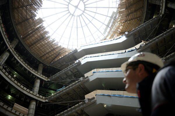 Рабочий на территории строительства ротонды в новом терминале аэропорта Домодедово