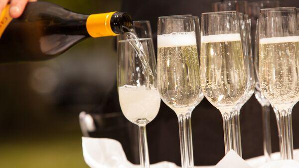 Бокалы с шампанским. Архивное фото