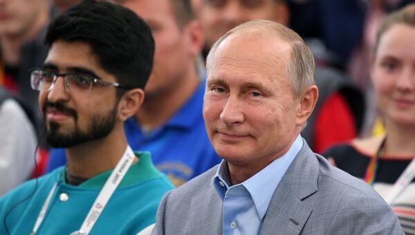 Президент РФ Владимир Путин посетил XIX Всемирный фестиваль молодежи и студентов. 21 октября 2017