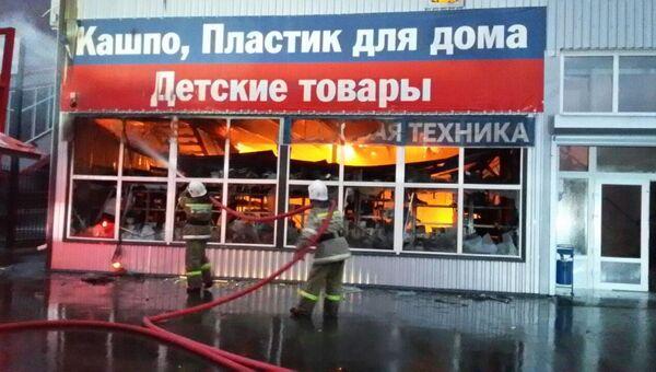 На месте пожара на рынке Атлант-Сити в Ростове-на-Дону. 22 октября 2017