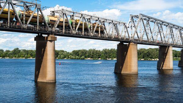 Мост железной дороги в Киеве через Днепр с грузовым поездом