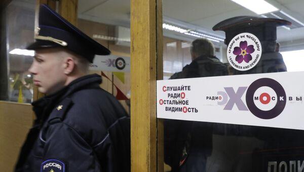 Сотрудник полиции на месте нападения на ведущую Эхо Москвы Татьяну Фельгенгауэр. 23 октября 2017