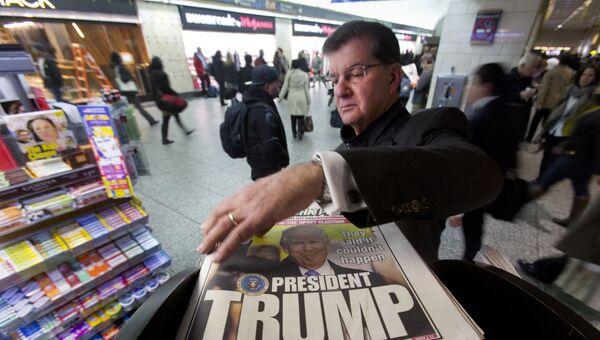 Мужчина у киоска печатных изданий в Нью-Йорке, США