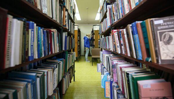 Посетительница в Волгоградской библиотеке