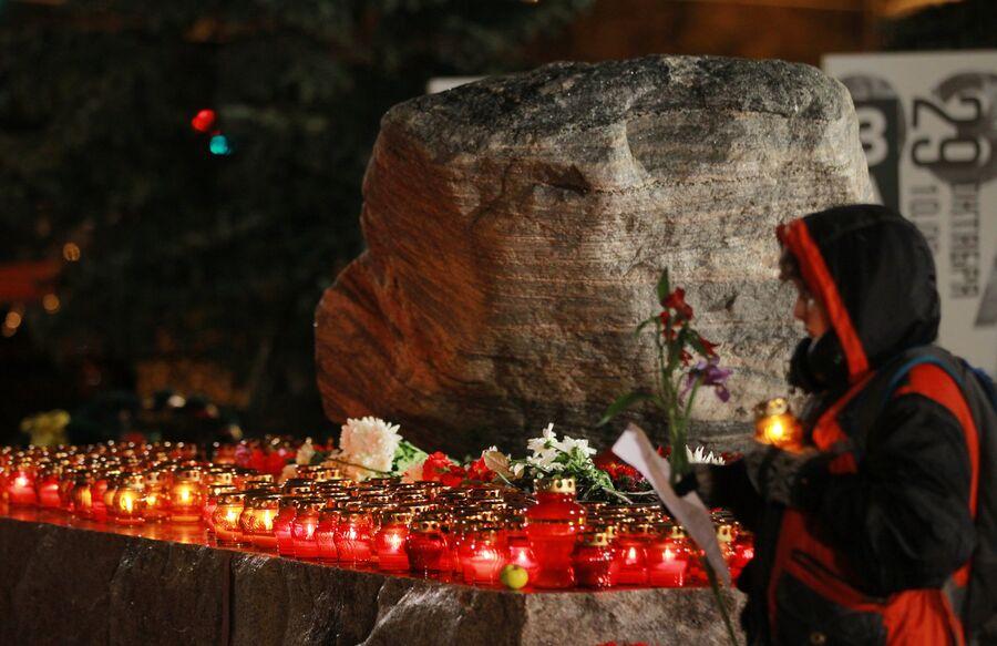 Акция Возвращение имен у Соловецкого камня в Москве