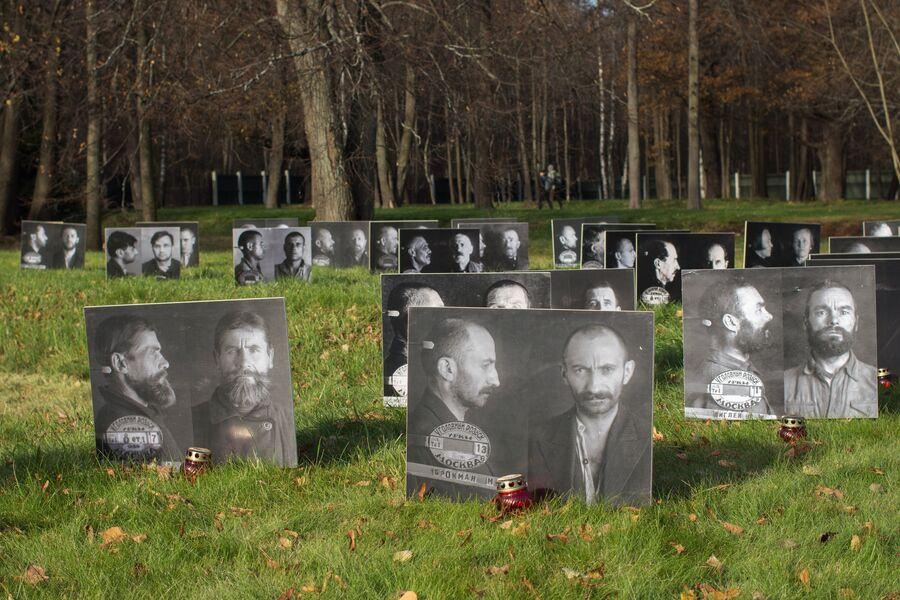 Фотографии людей, жертв политических репрессий, на Бутовском полигоне в Москве