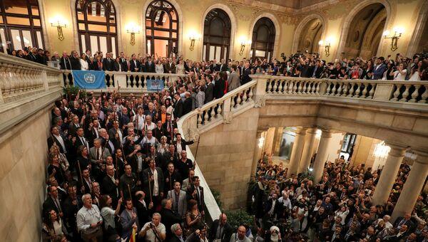 Члены каталонского правительства, депутаты, мэры городов, выступающие за независимость, поют каталонский гимн в парламенте Каталонии, после того, как парламент проголосовал за провозглашение независимости Испании в Барселоне, Испания. 27 октября 2017 года