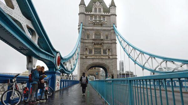 Туристы на Тауэрском мосту над Темзой в Лондоне