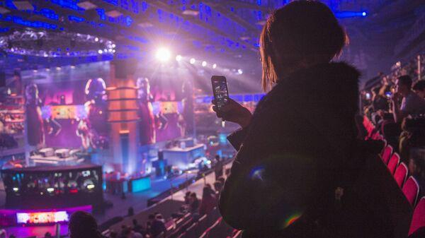 Болельщица во время киберспортивного турнира EPICENTER 2017 CS:GO в СК Юбилейный в Санкт-Петербурге