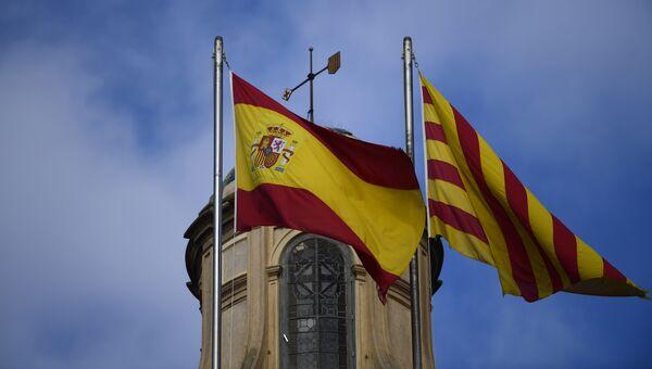 Испанский и каталонский флаги в Барселоне. Архивное фото