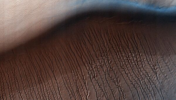 Поверхность Марса снятая Марсианским разведывательным спутником. Архивное фото
