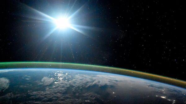Ночная планета Земля в лунном свете и сиянии Авроры. 7 октября 2017