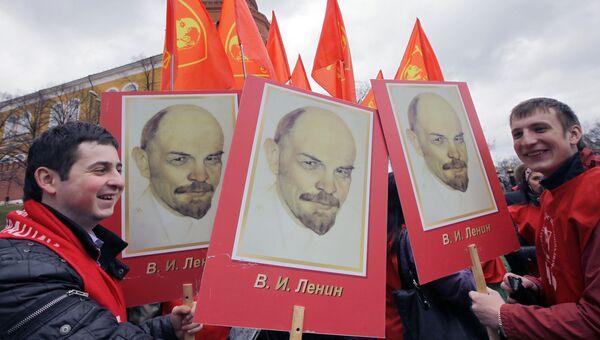 Участники акции на Красной площади во время церемонии возложения цветов и венков к мавзолею В.И. Ленина в день 140-й годовщины со дня рождения вождя пролетариата