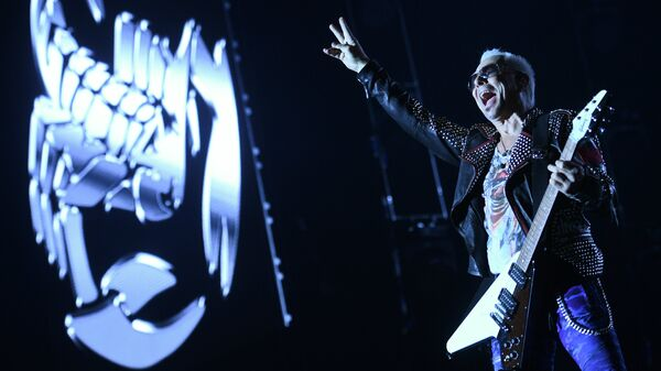 Гитарист группы Scorpions Рудольф Шенкер выступает на концерте в Спорткомплексе Олимпийский в Москве