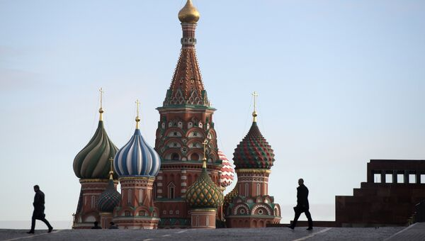 Прохожие на Красной площади в Москве. Архивное фото