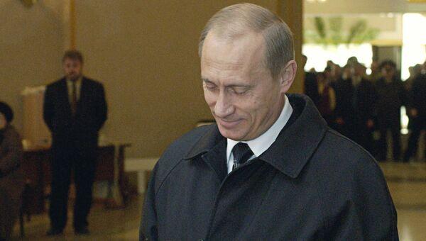 Президент РФ Владимир Путин во время голосования на избирательном участке в день выборов президента Российской Федерации