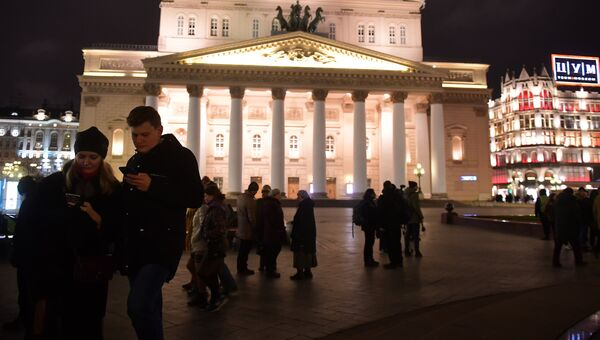 Люди у здания Большого театра в Москве. 5 ноября 2017