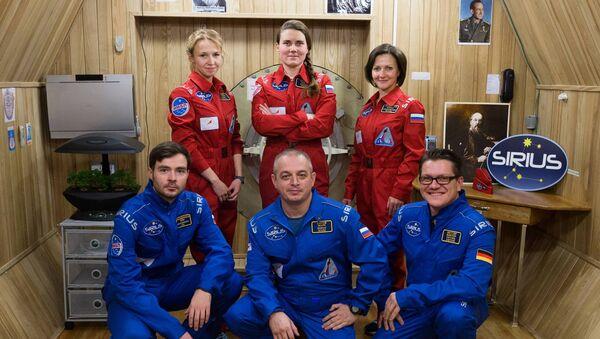 Члены экипажа изоляционного эксперимента SIRIUS-17. Архивное фото
