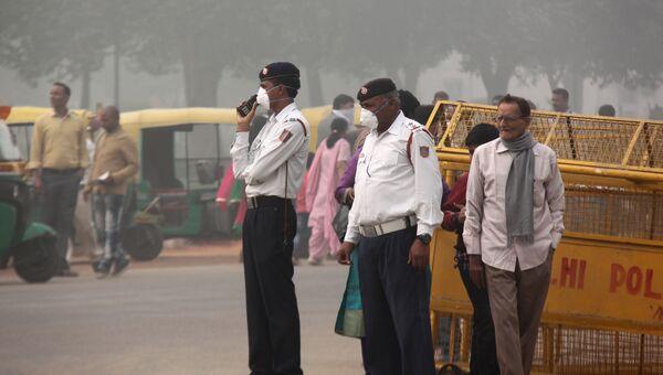 Регулировщики во время сильного смога на площади Виджай Чоук в Нью-Дели, Индия. 8 ноября 2017