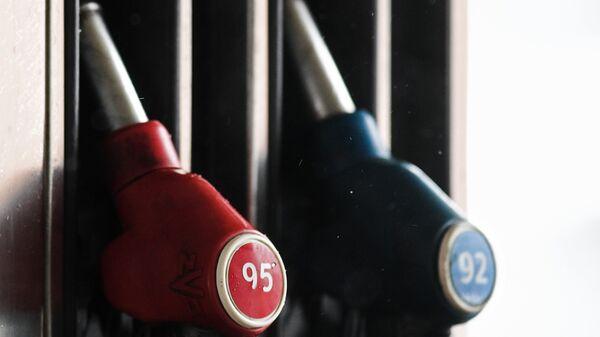Топливные пистолеты на автозаправочной станции