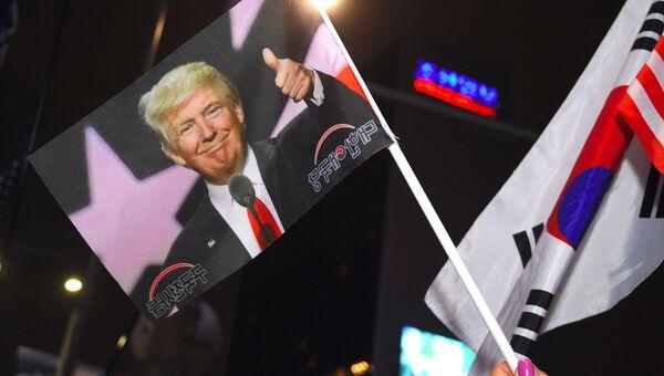 Флажок с портретом президента США Дональда Трампа. Сеул, Южная Корея. 7 ноября 2017