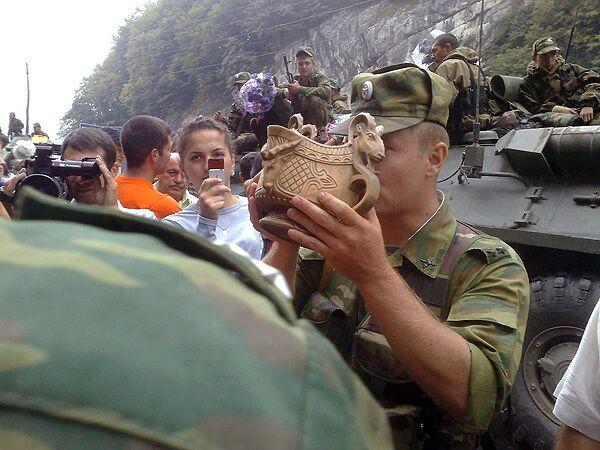 Тысячи жителей Северной Осетии приветствовали выходящих из Южной Осетии солдат