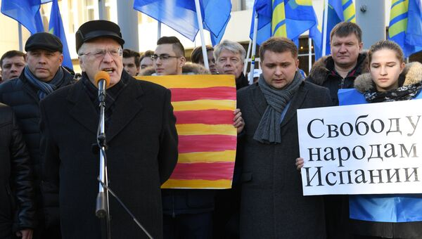 Лидер ЛДПР Владимир Жириновский выступает на митинге в поддержку независимости Каталонии возле здания Генерального консульства Испании в Москве. 9 ноября 2017