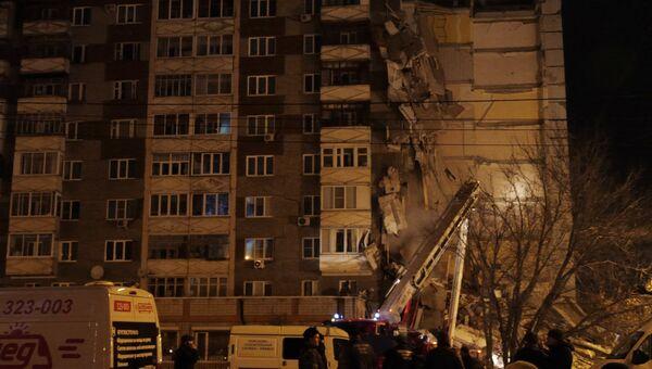 Сотрудники МЧС РФ на месте обрушения части жилого панельного дома по  Удмуртской улице в Ижевске. e6de80df508