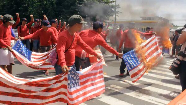 Протестующие в Маниле сожгли американские флаги на акции против Трампа