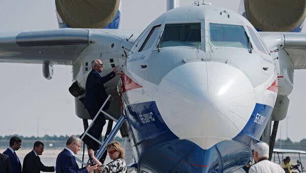 Генеральный директор государственной корпорации Ростех Сергей Чемезов (четвертый слева) осматривает российский самолёт-амфибию Бе-200ЧС на Международной авиационно-космической выставке Dubai Airshow 2017