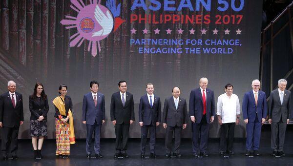 Председатель правительства РФ Дмитрий Медведев во время церемонии совместного фотографирования глав делегаций саммита АСЕАН. 13 ноября 2017