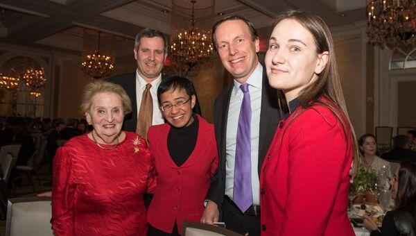 Секретарь Мадлен Олбрайт, доктор Фил Ховард, Мария Ресса, сенатор Крис Мерфи и Марго Гонтар (StopFake.org) на ужине по случаю вручения премии NDI 2017 Democracy Award в Вашингтоне